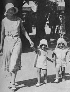 1930 Août - Vacances a Royan, Gilberte Brossolette avec Anne et Claude