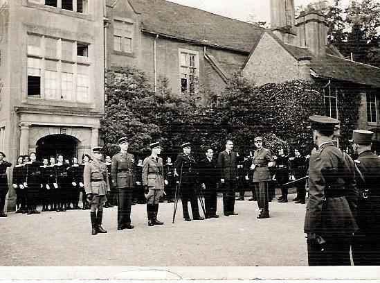 1942 - Septembre - General de Gaulle remet la Croix de la Liberation a Pierre Brossolette 4