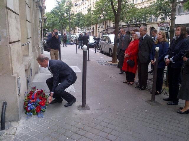 Le Maire de Paris Bertrand Delanöe dépose un gerbe pour les 100 ans de la naissance de Pierre Brossolette, rue Michelange dans le 16ème, en 1903