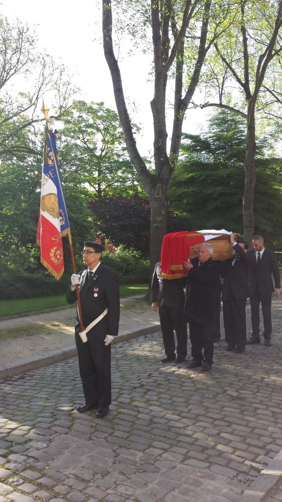 portage du cercueil de Pierre Brossolette par le 5 RI Navarre